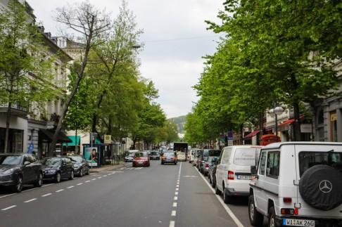 Wiesbaden-Mitte, Straße, Fahrzeuge, Autos, Gebäude, Bäume