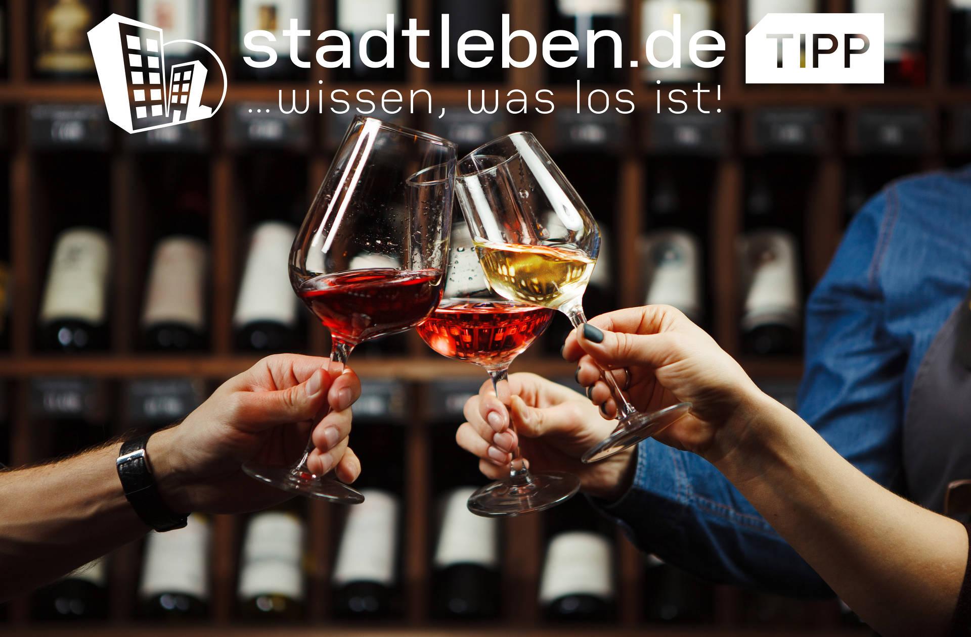 Weingläser und Weintrauben vor einem Eichenholz-Weinfass