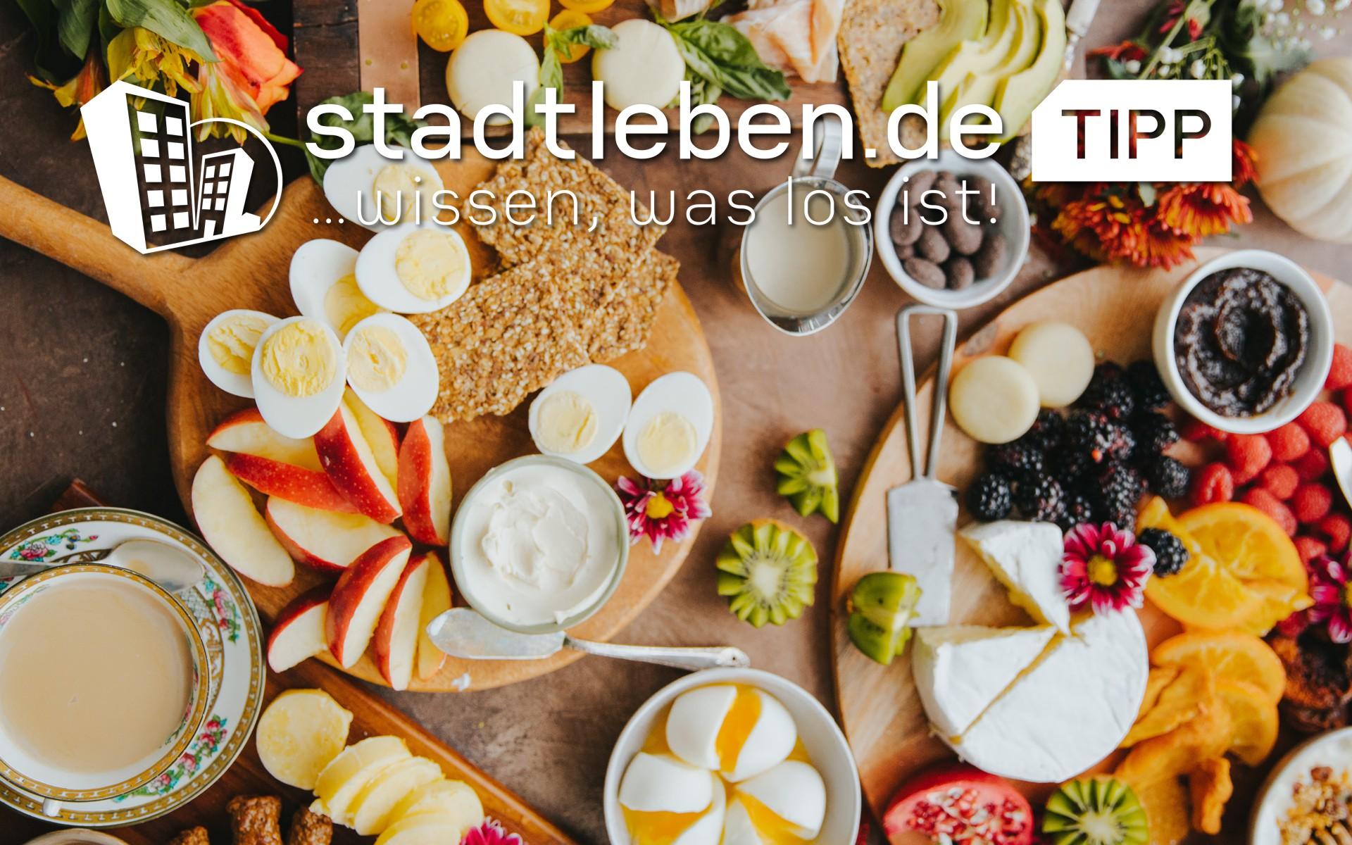 Orangensaft, Kaffee, Gemüse, Speck, Würstchen, Rührei, Bohnen, Brot, Champignons