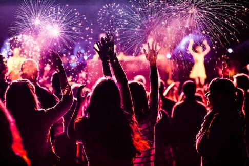 Menschen feiern in den Jahreswechsel rein