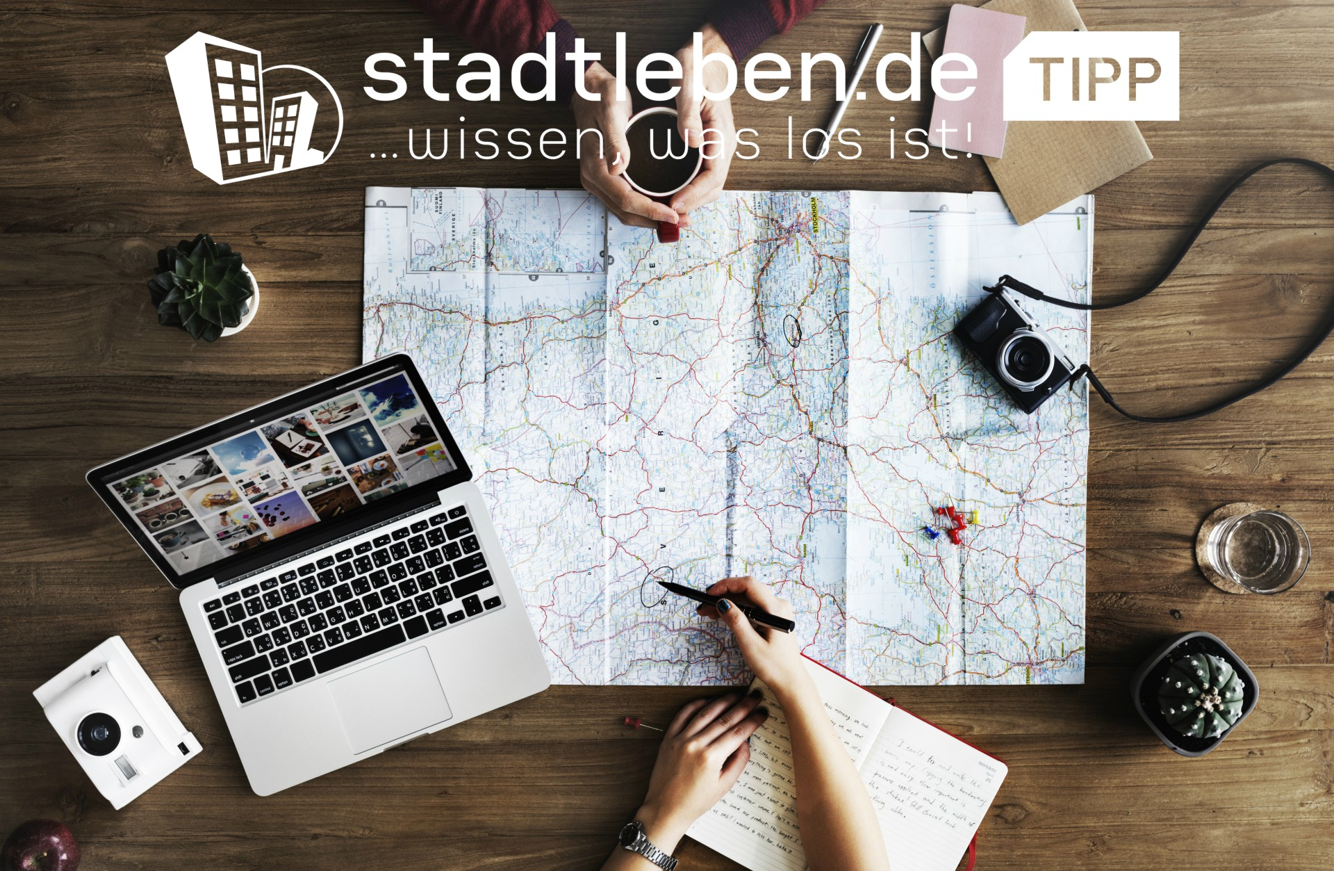 Landkarte, Laptop, Fotoapperat, Notizbuch