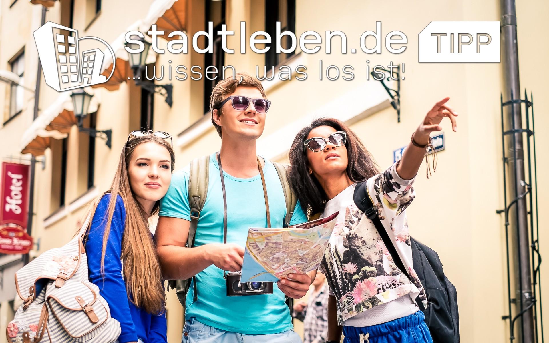 Reisende Personen, Ausflugsziel, Brillen, Kameras, Landkarte, Rucksäcke