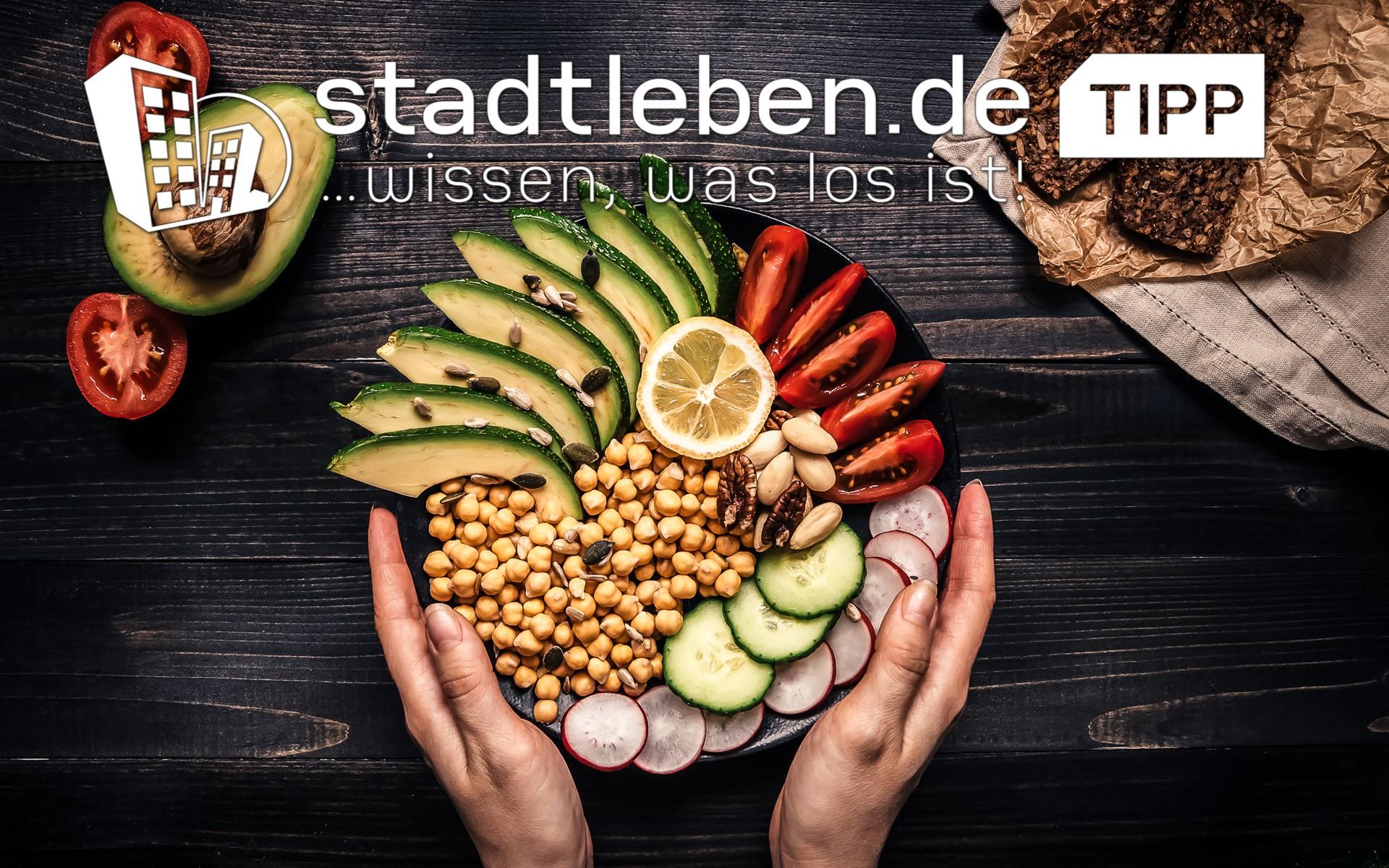 Gurken, Gemüse, Kichererbsen, Avocado, Zitrone, Tomate, Brot, Radieschen