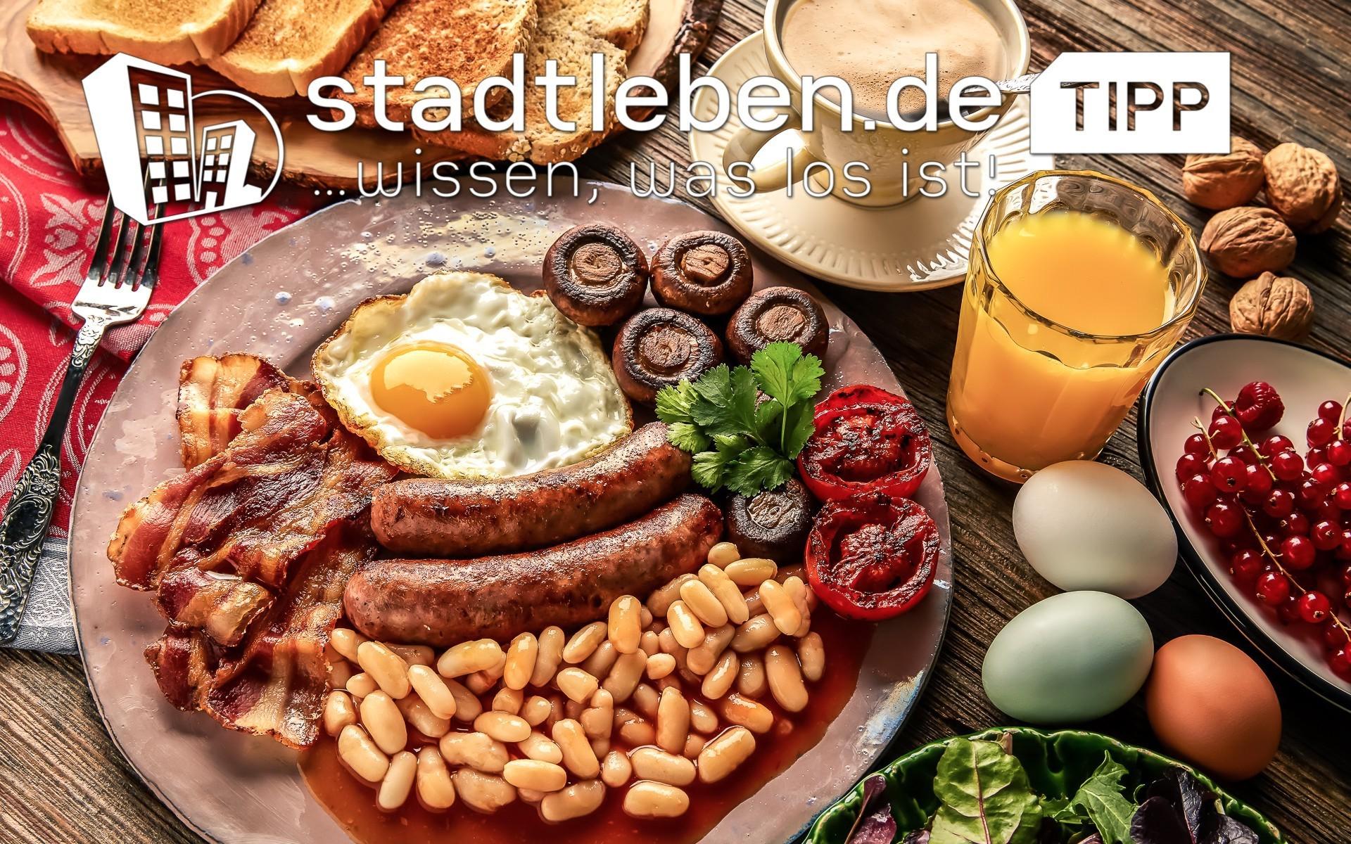 Bacon, Speck, Pilze, Spiegelei, Bohnen, Würstchen, Orangensaft, Kaffee, Eier, Toast, Nüsse, Brot, Tomaten