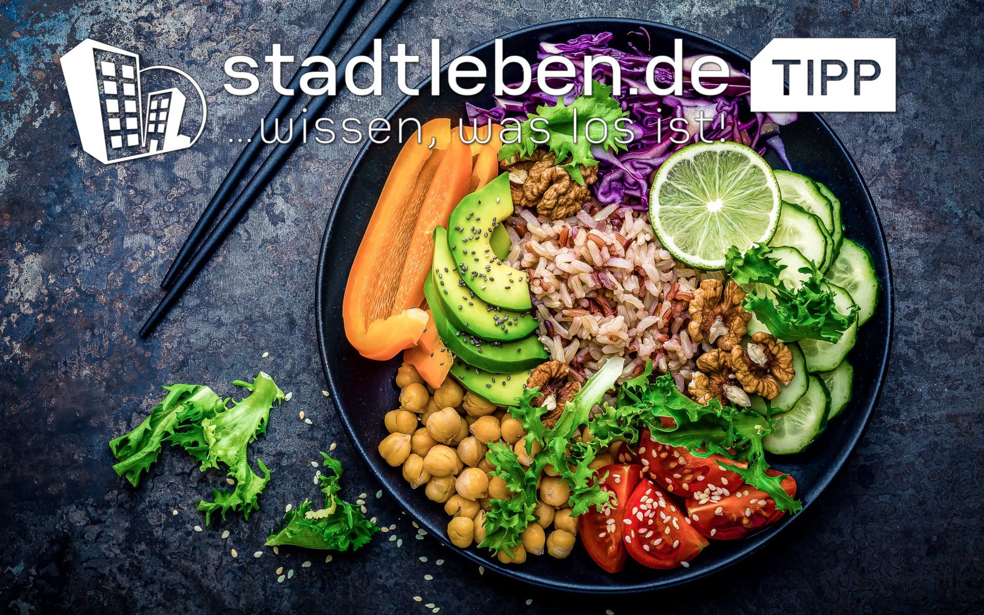 Avocado, Tomate, Limette, Gurke, Reis, Paprika, Wallnüsse, Bowl