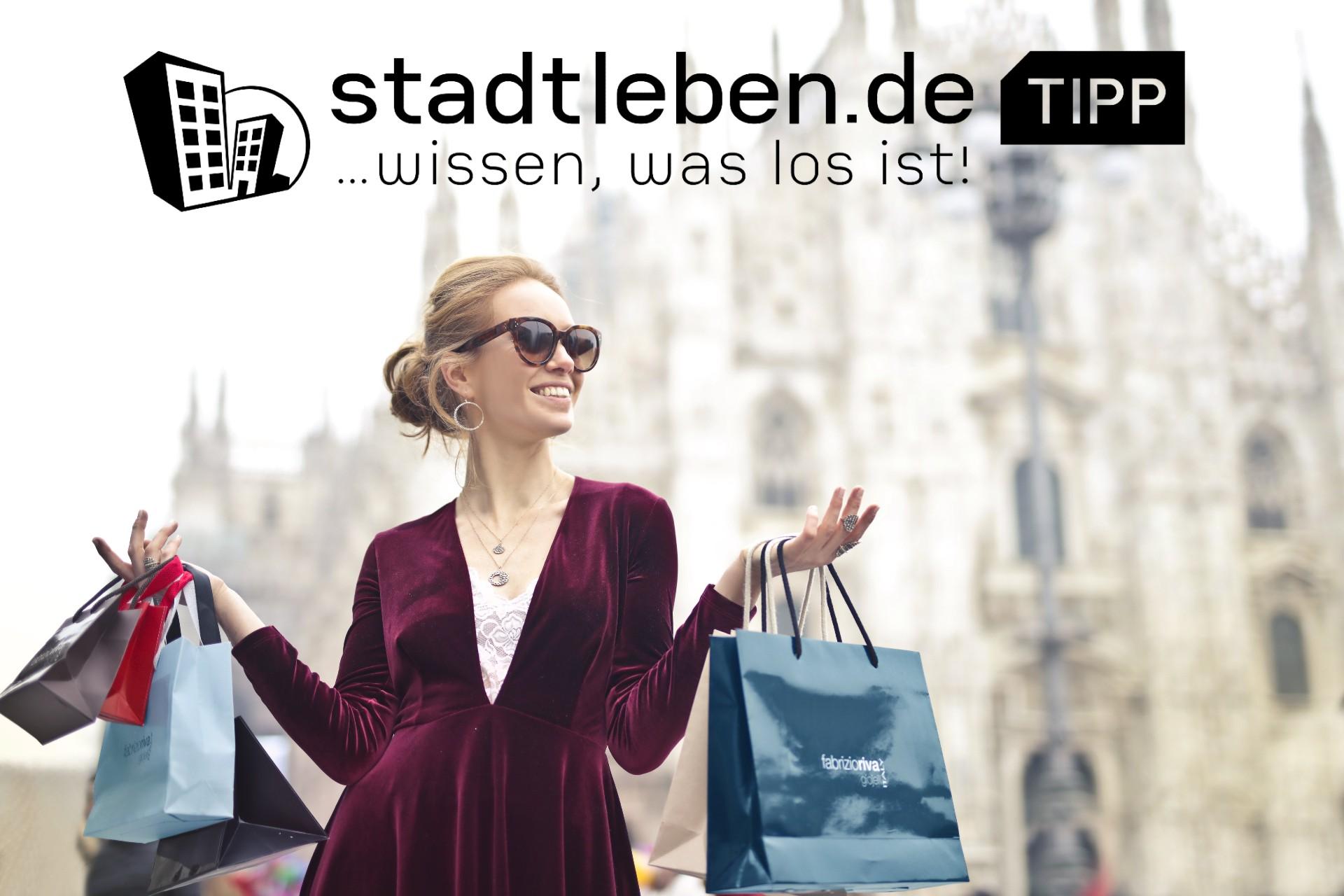 Taschen, Tüten, Frau, Kleid, Schmuck, Sonnenbrille