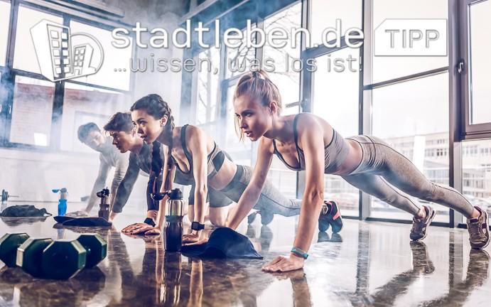 Fitnesscenter, Liegestützen, Hanteln, Getränkeflaschen