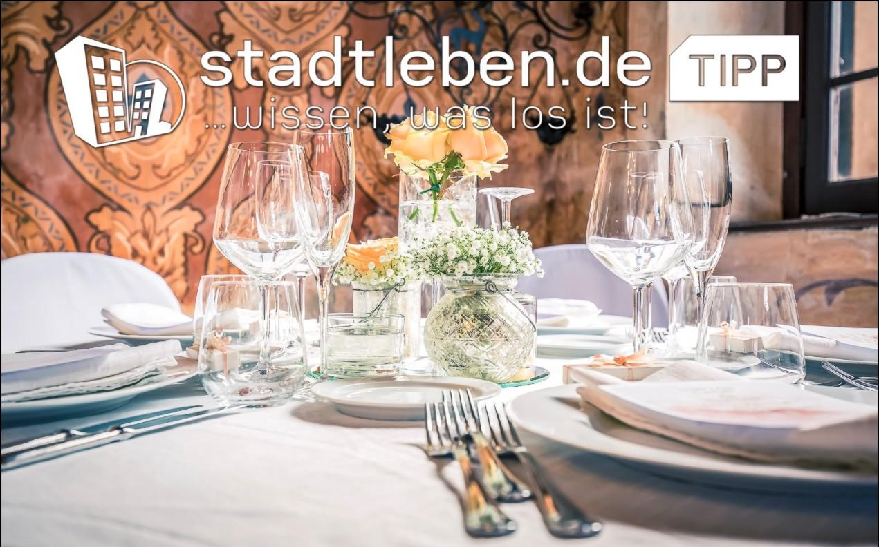 Eventlocations, Dresden, gedeckter Tisch, Teller, Gabeln, Löffel, Blumen