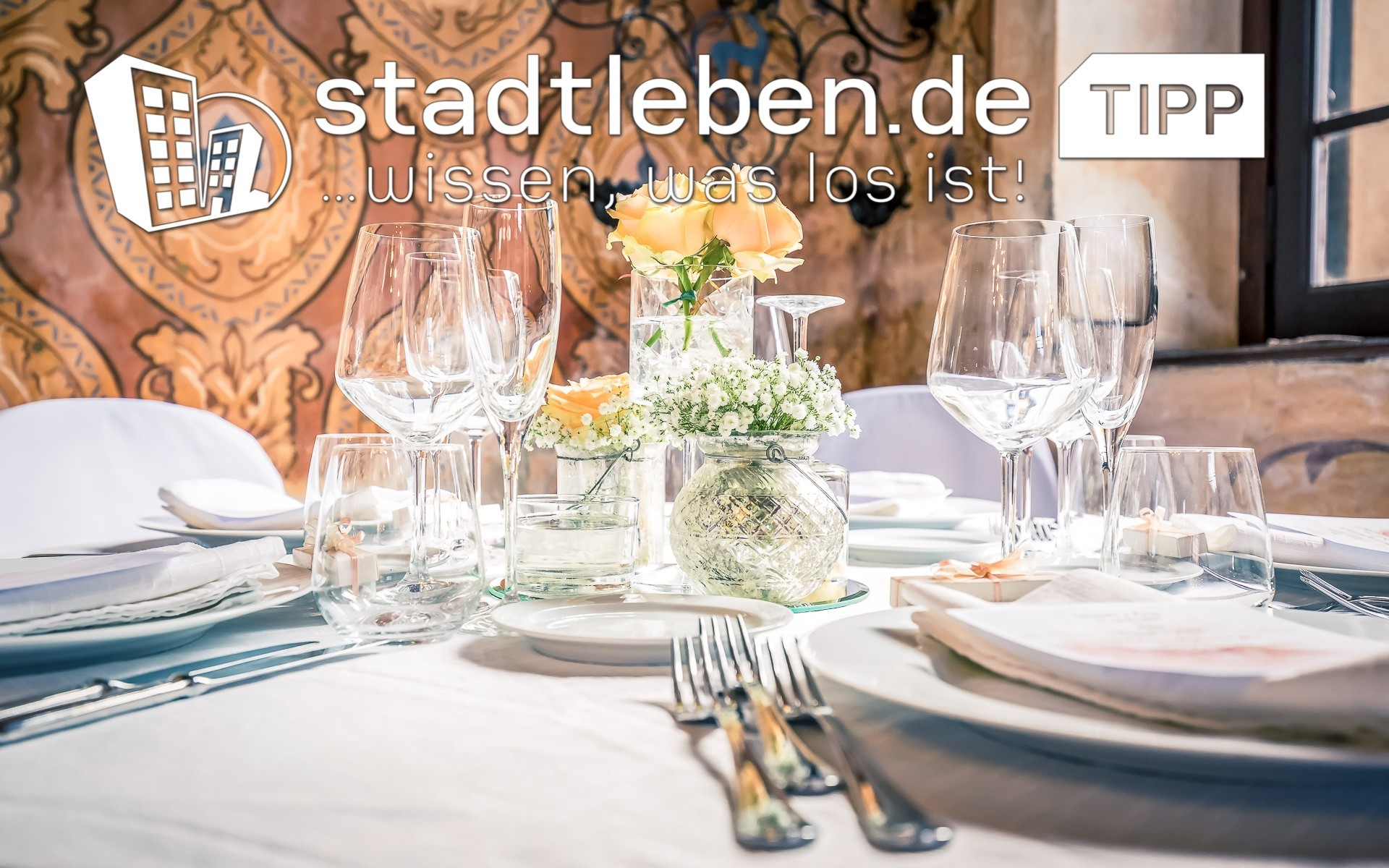 Eventlocations in Deutschland, Gedeckter Tisch, Teller, Gäbel, Löffel, Blumen