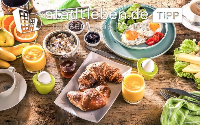 Frühstücksteller, Eier, Orangensaft, Marmelade, Obst, Gemüse, Tee, Croissant, Kaffee