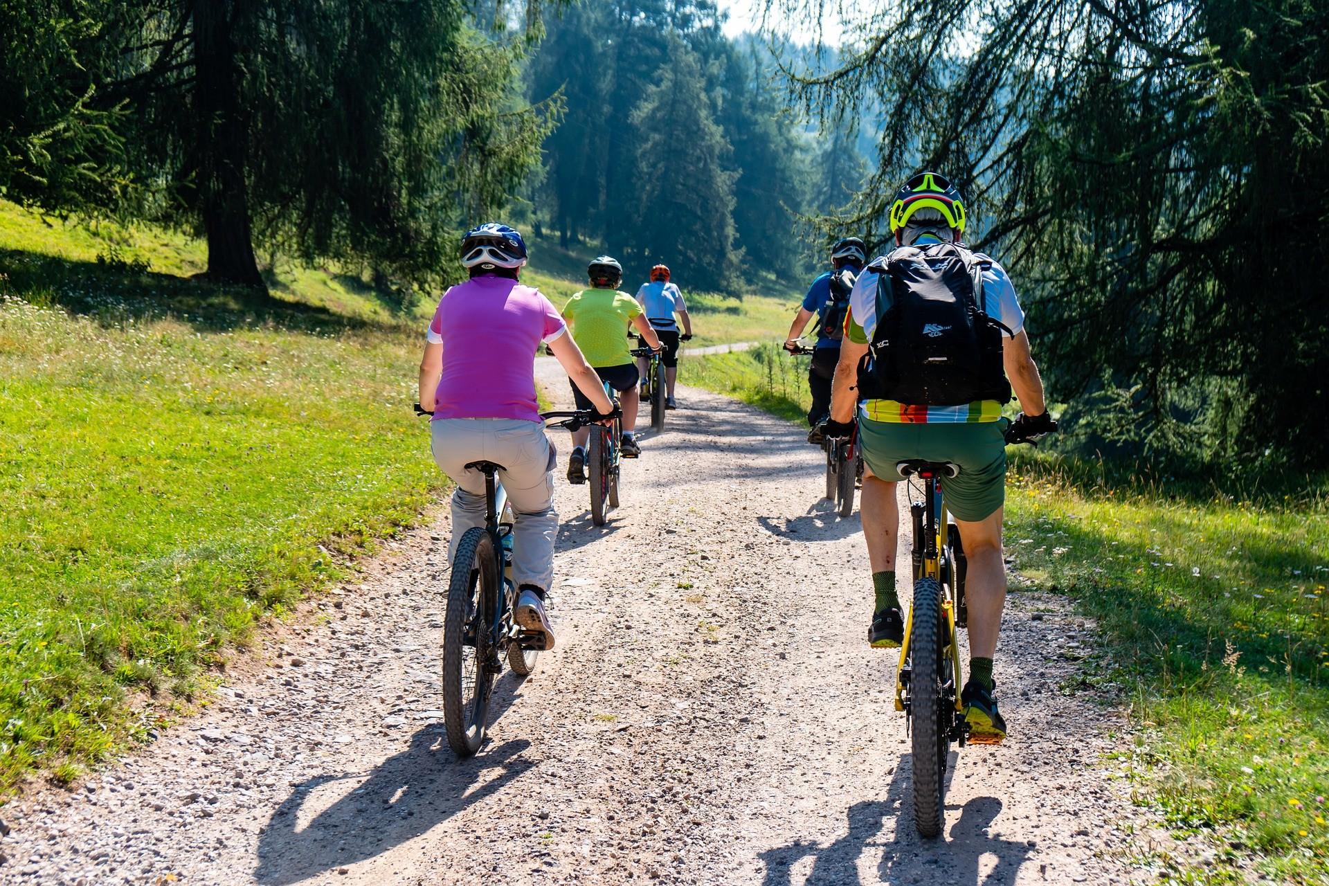 E-Bikes sind ein wunderbarer Begleiter für Jung und Alt. Durch die Motorunterstützung des E-Bikes bist du schneller am Ziel und kannst problemlos längere Strecken zurücklegen.