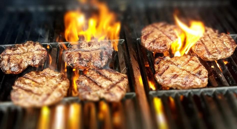 Vom Anfänger bis zum Profi legt jeder an lauen Sommerabenden gerne mal ein Würstchen, ein Steak oder auch Gemüse auf den Grill.
