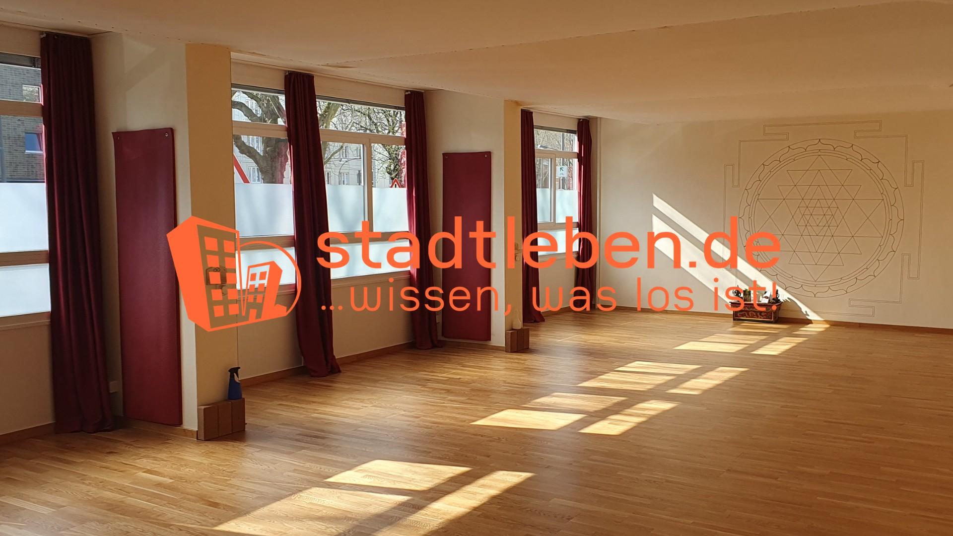 Frau macht Yoga auf City Dach