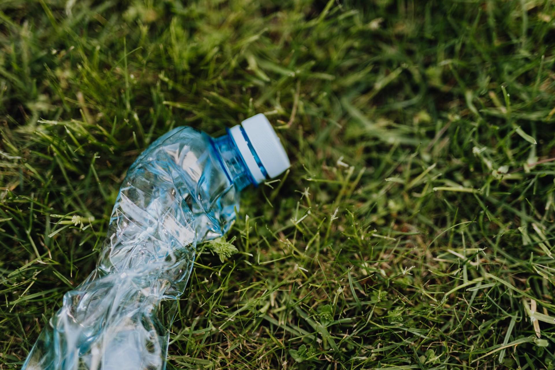Gras, Plastikflasche