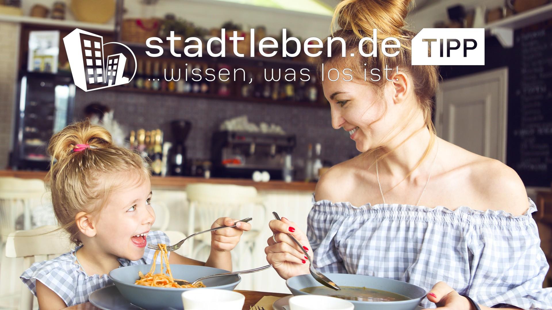 Gemeinsames Essen von Mutter und Tochter