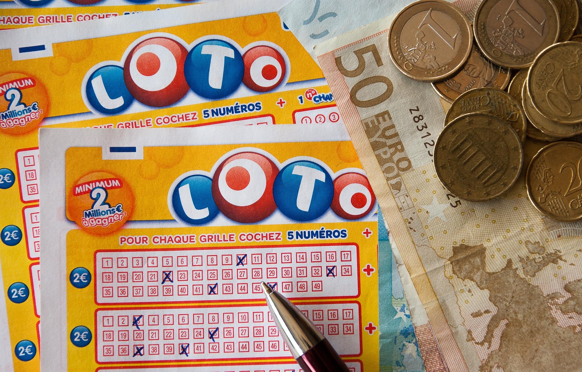 Viele fiebern beim Lottospielen mit Spannung den regelmäßigen Ziehungen entgegen und hoffen, endlich die richtigen Glückszahlen erraten zu haben.