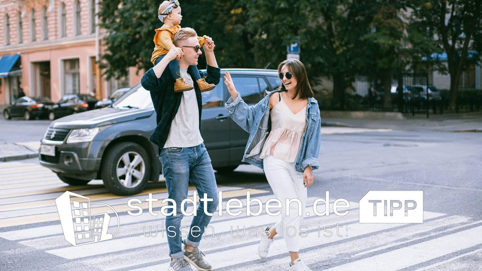 Familienausflug Mama Papa und Kind laufen durch die Stadt