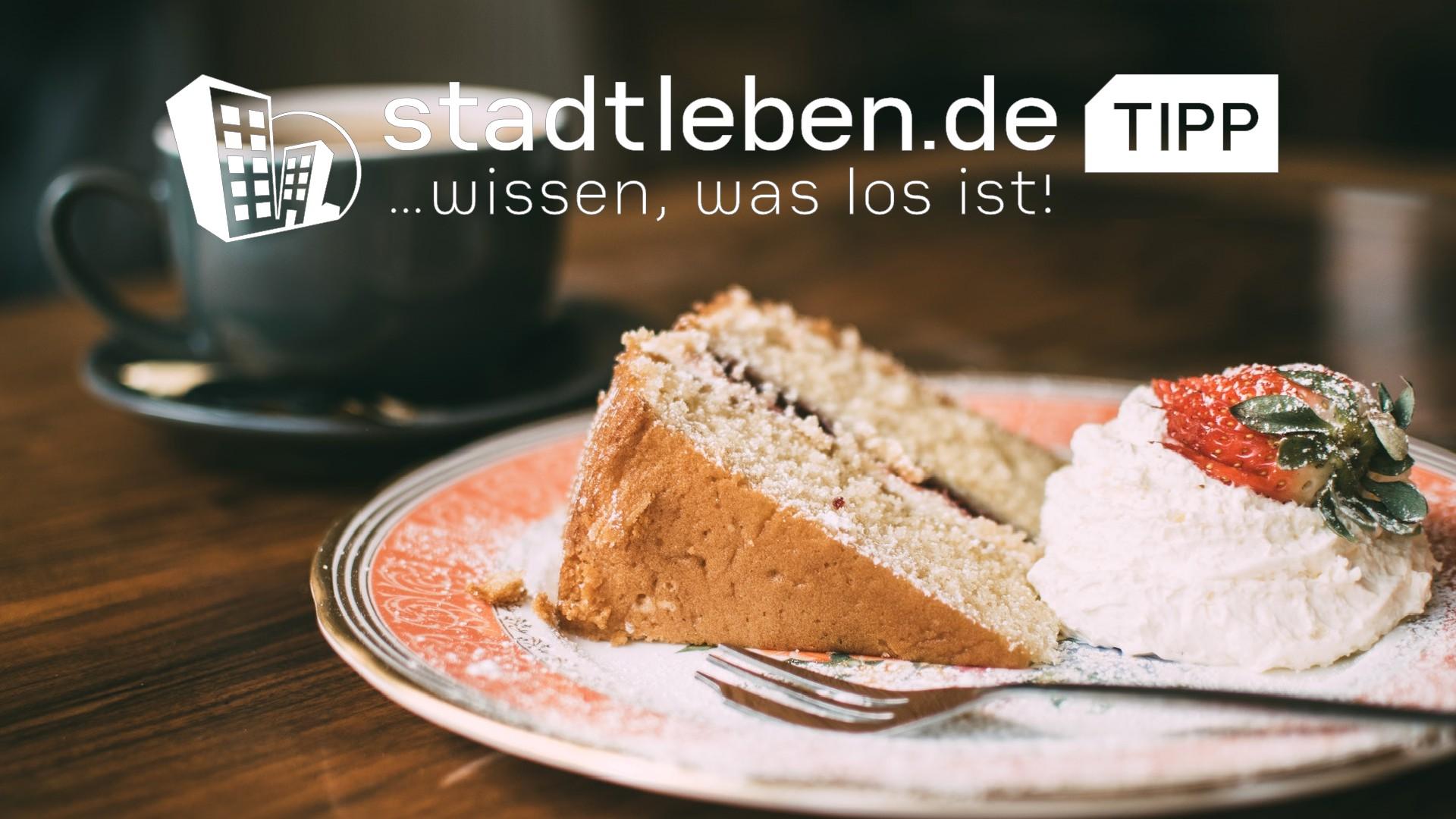 Kaffeetasse, Teller mit Kuchen und Gabel, Tisch, Tasse, Kaffee, Café, Torte