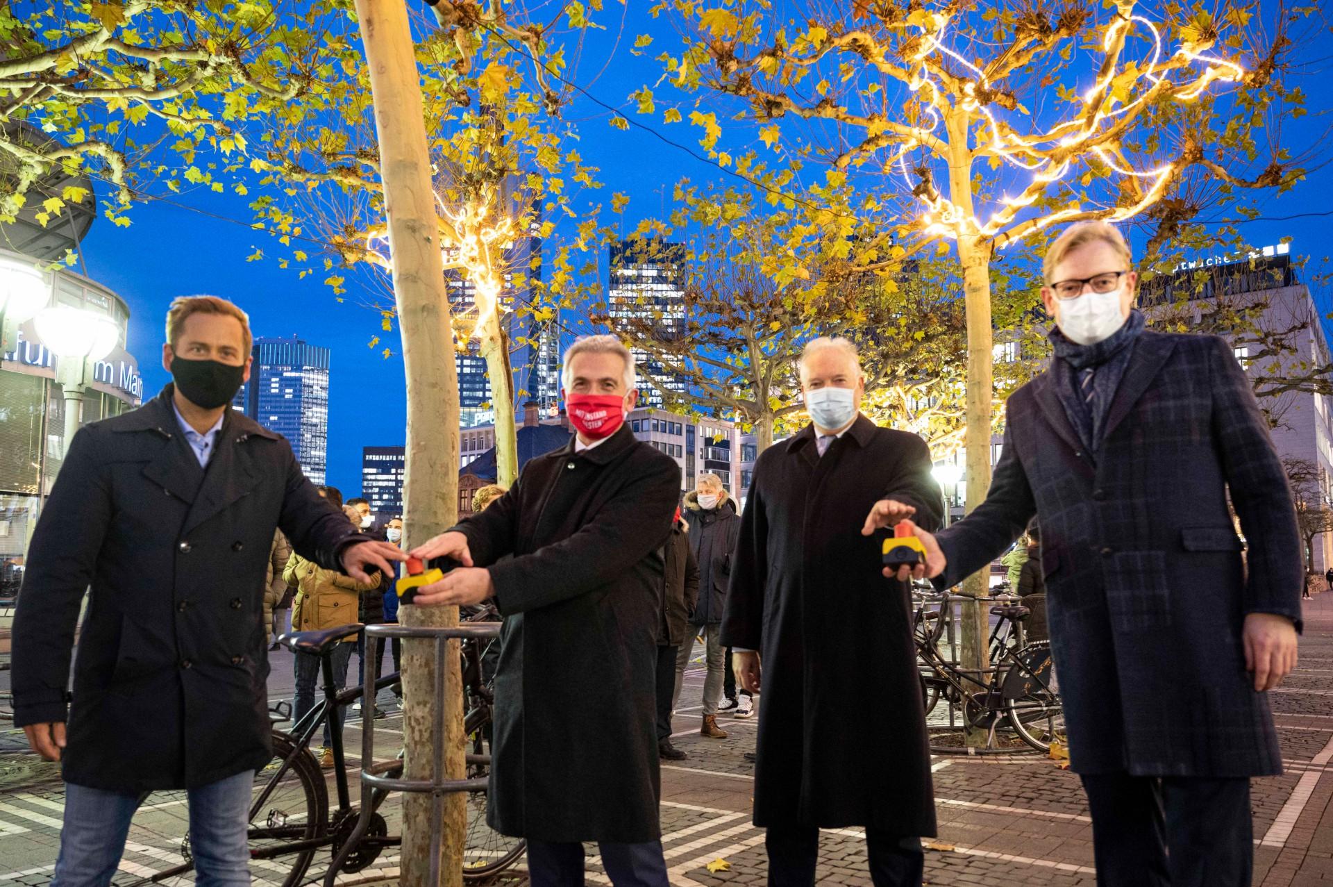 Frankfurt, Zeil, Licht, Beleuchtung, Knopf, Mann, Männer, kalt, Winter, Weihnachten, Weihanchtsbeleuchtung