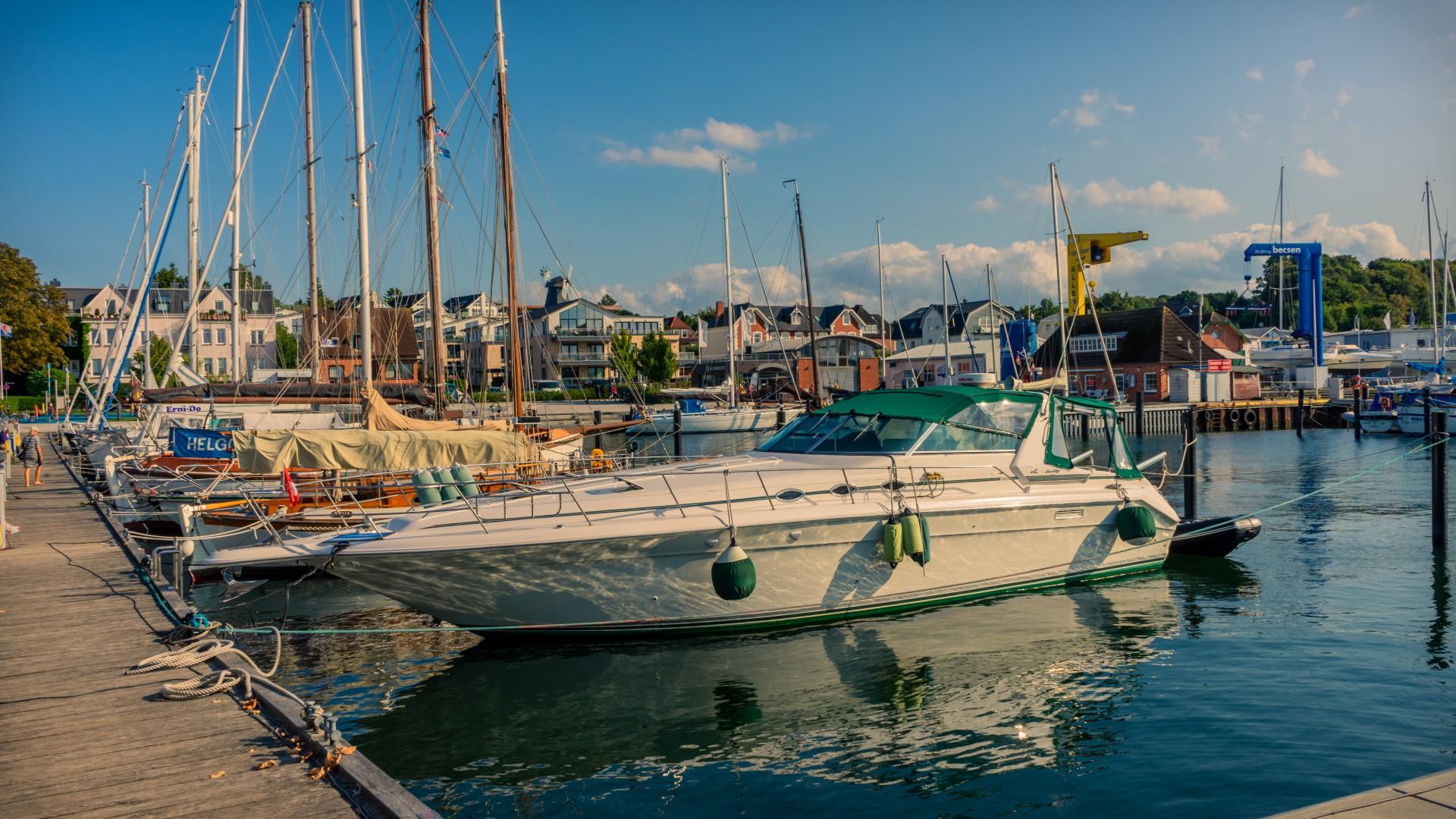 Hafen, Boote, Wasser, blauer Himmel