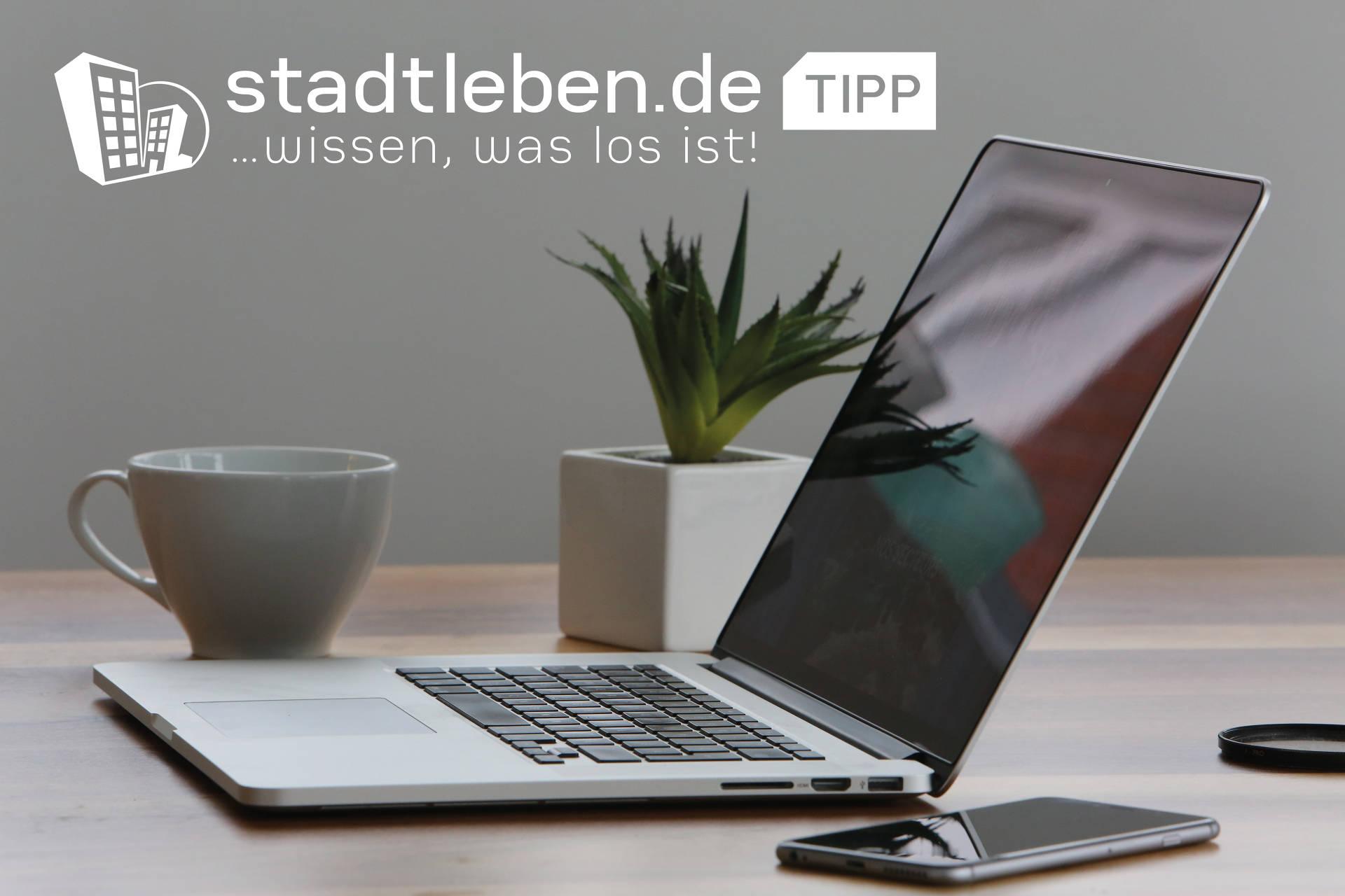 Homeoffice, Online Meetings, Laptop, Kaffee, Handy, Schreibtisch, Pflänzchen, Tasse