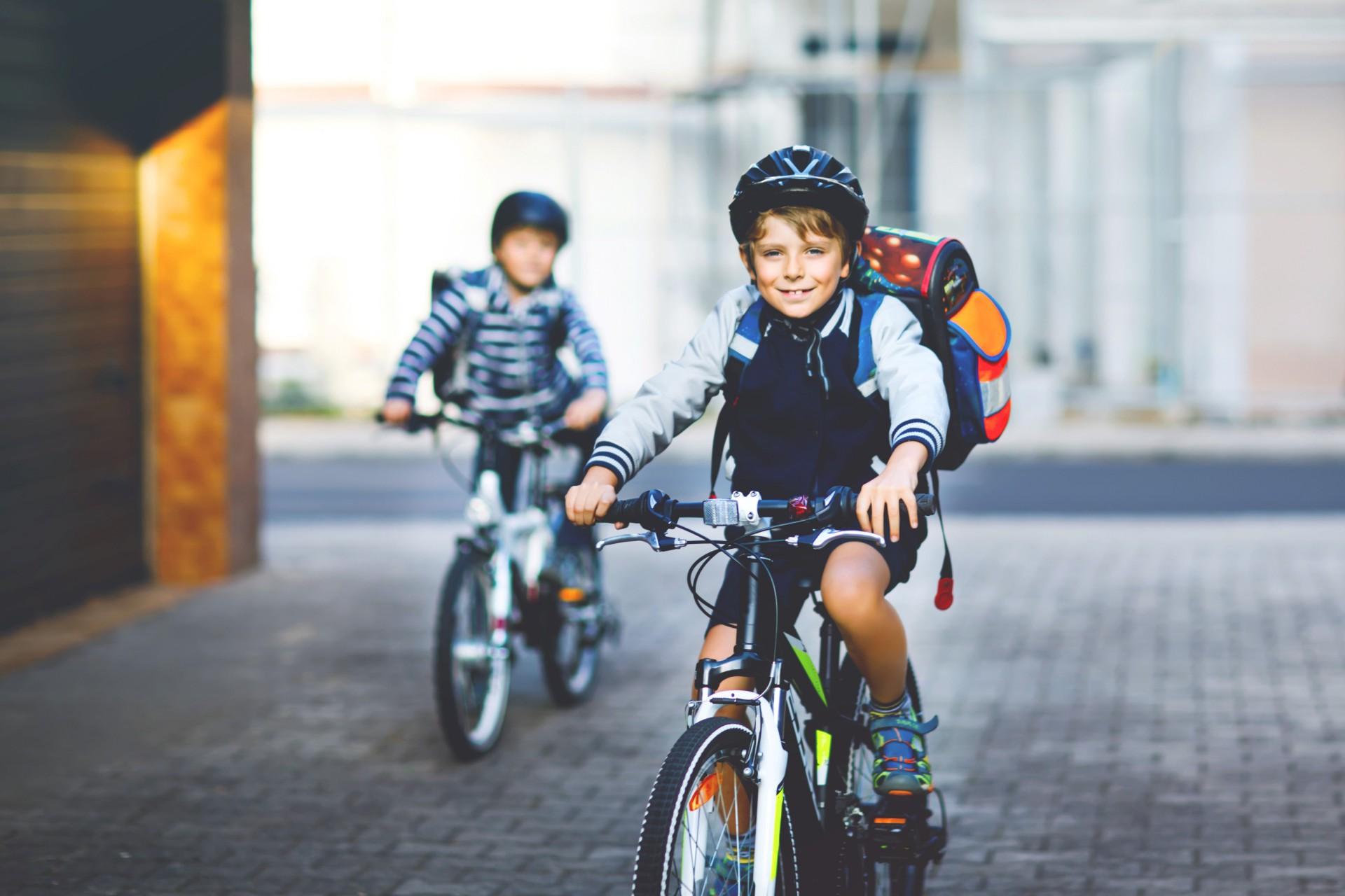 Schuljunge auf Fahrrad