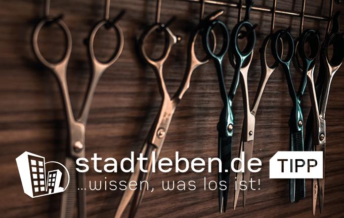 Friseurscheren hängen an der Wand