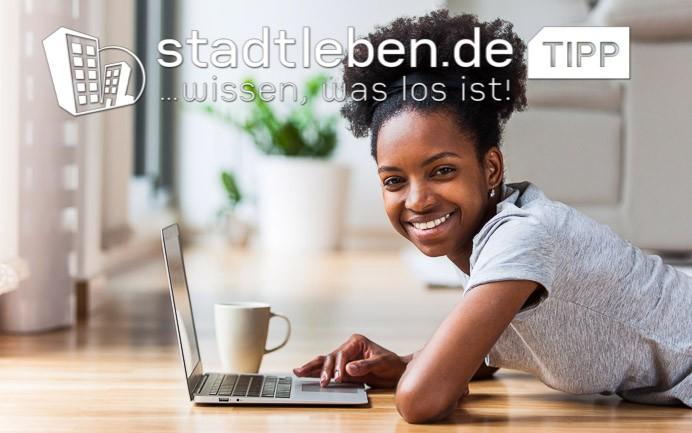 Weiterbildung, Wiesbaden, Frau, Mensch, Laptop, Kaffeetasse