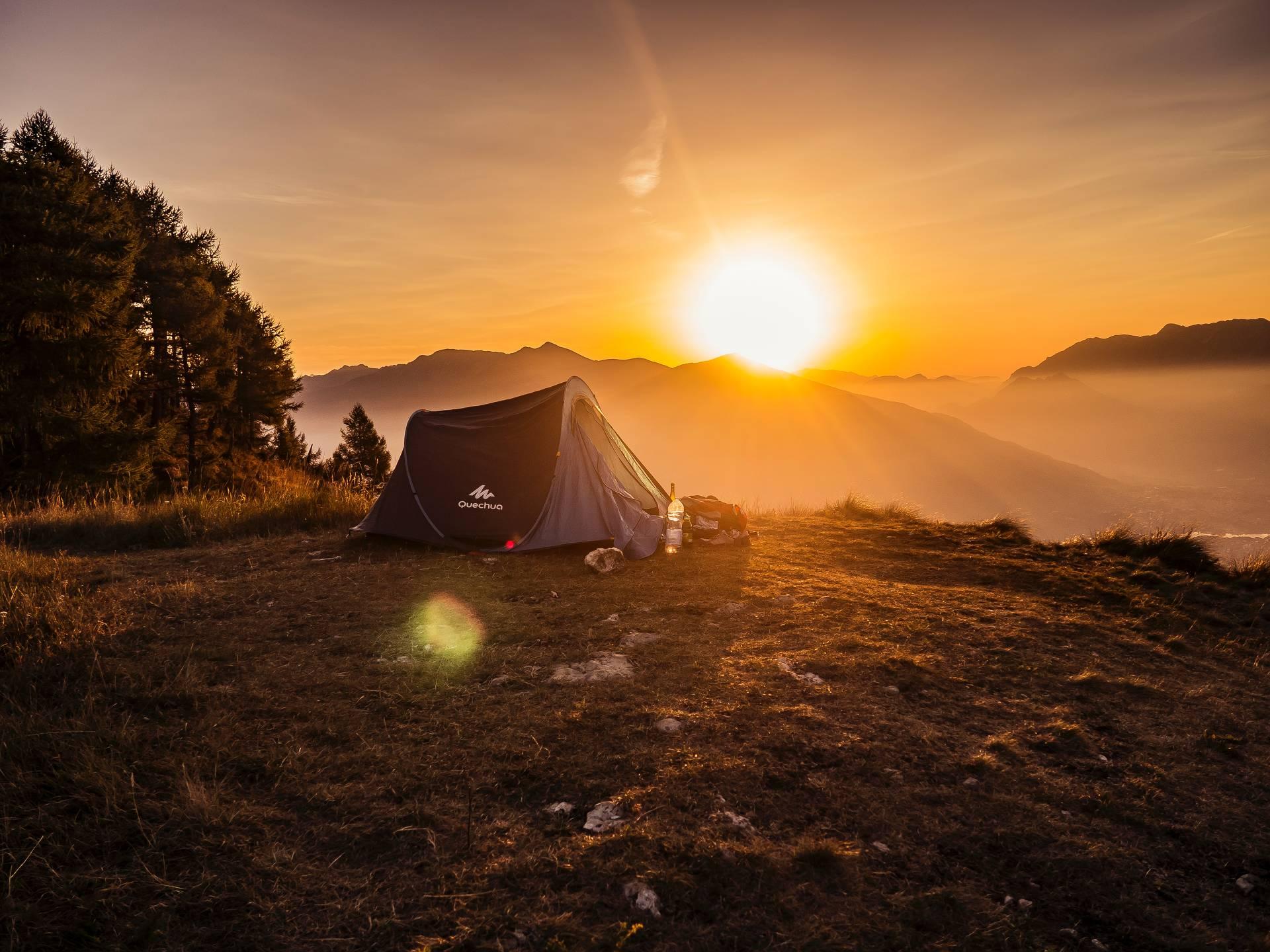 Den Rucksack mit dem Zelteingepackt und raus in die bunte Natur um mal richtig durchzuatmen