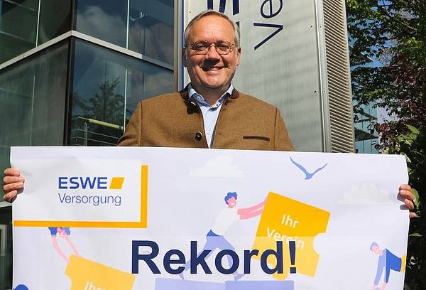 """Ralf Schodlok, Vorstandsvorsitzender der ESWE Versorgungs AG, freut sich über eine Spendensumme von 100.000 Euro auf der """"Wiesbaden Crowd"""""""