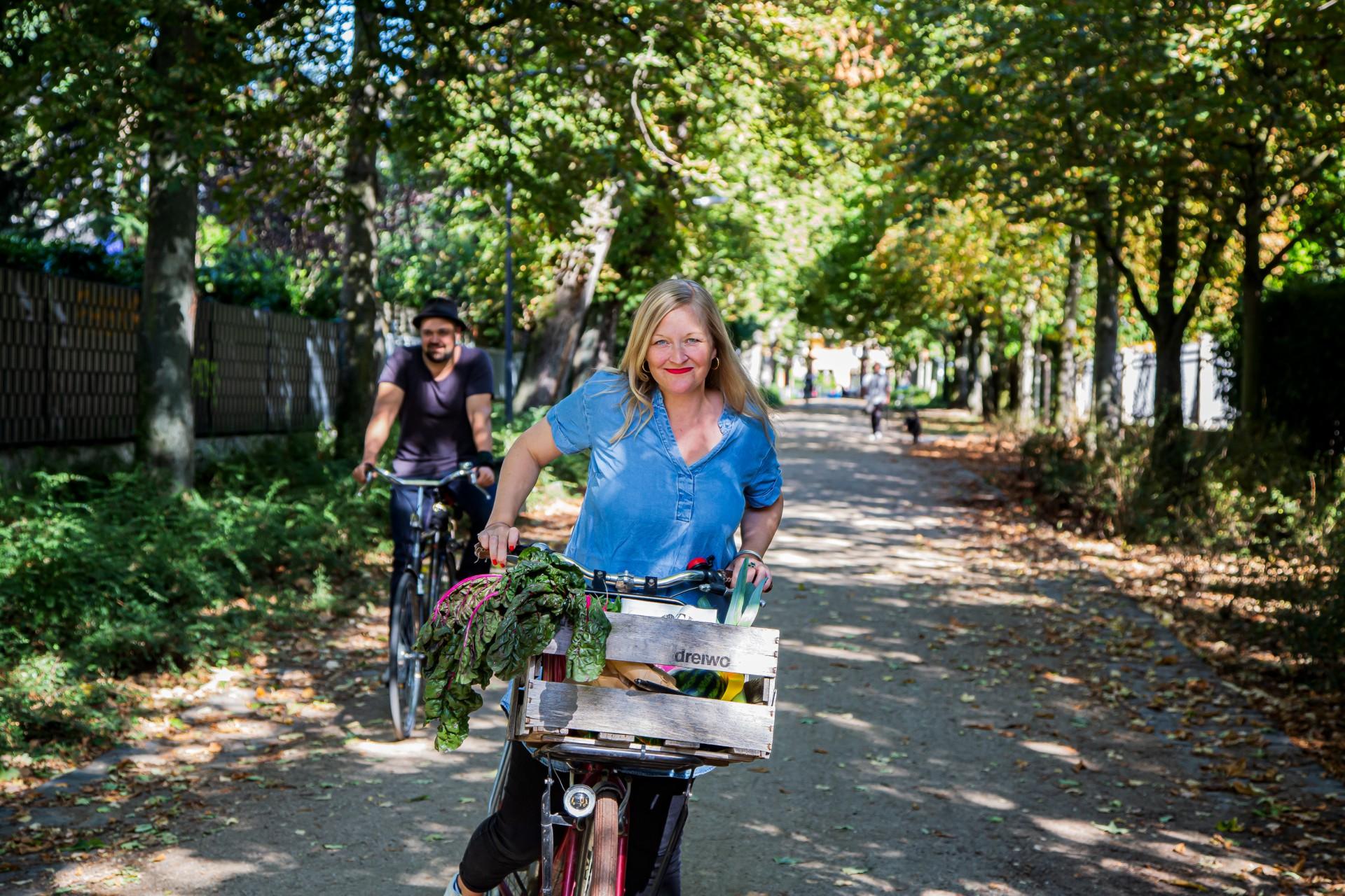 Frau aufeinem Fahrrad, Mann auf einem Fahrrad, Natur, Park