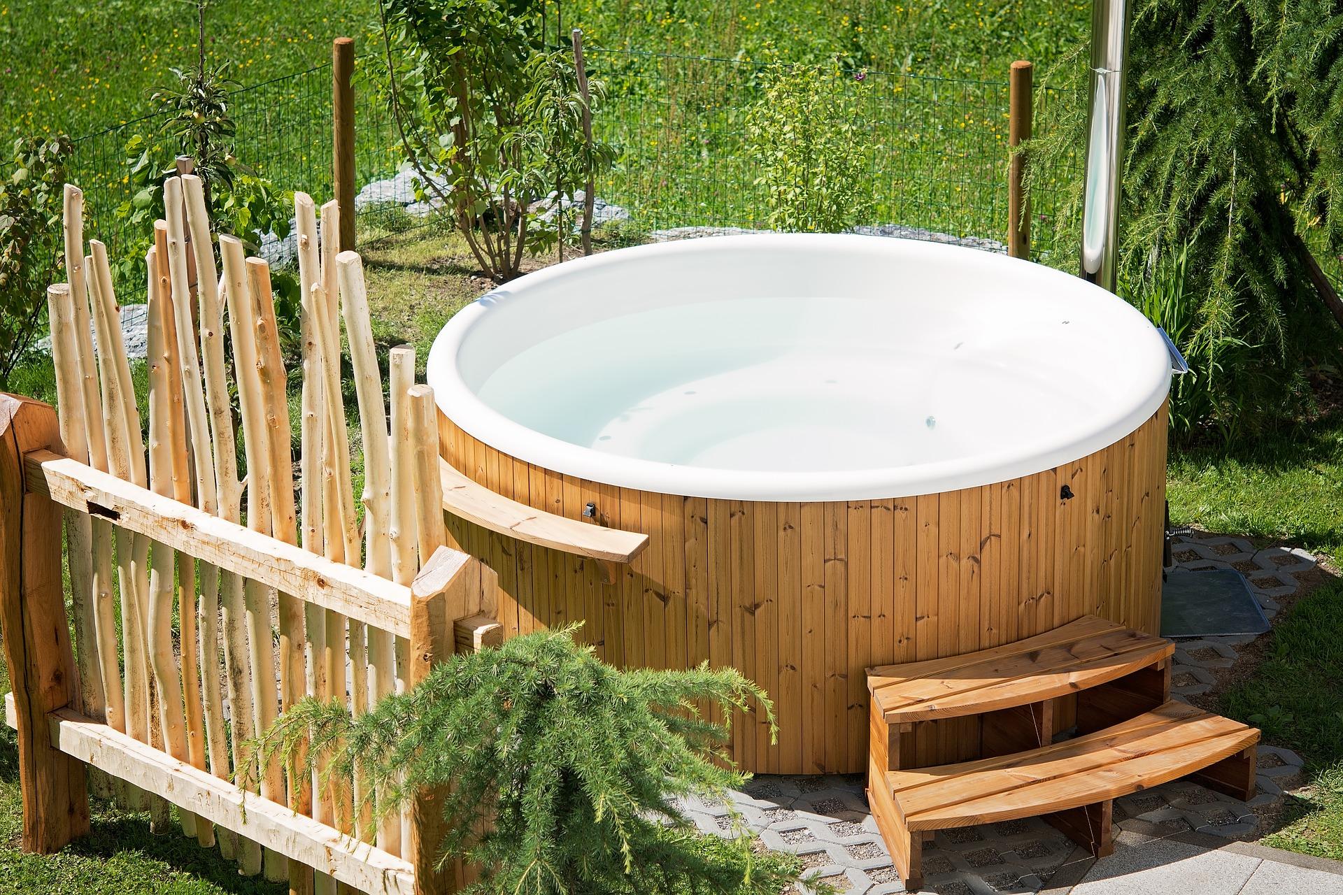 Ein Whirlpool im eigenen Garten lässt Urlaubsgefühle aufkommen und trägt zu jeder Jahreszeit zur Erholung bei.