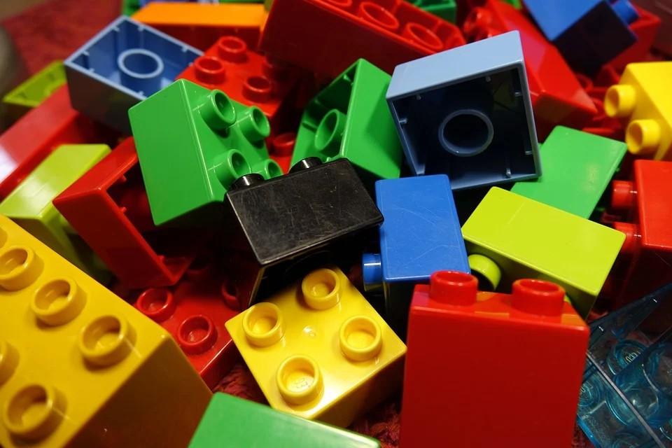 Viele bunte Lego-Bausteine