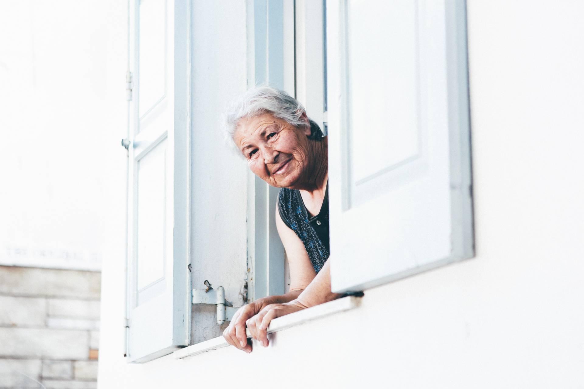 Ein Treppenlift bietet in Wohnungen Komfort für betagte Damen und Herren