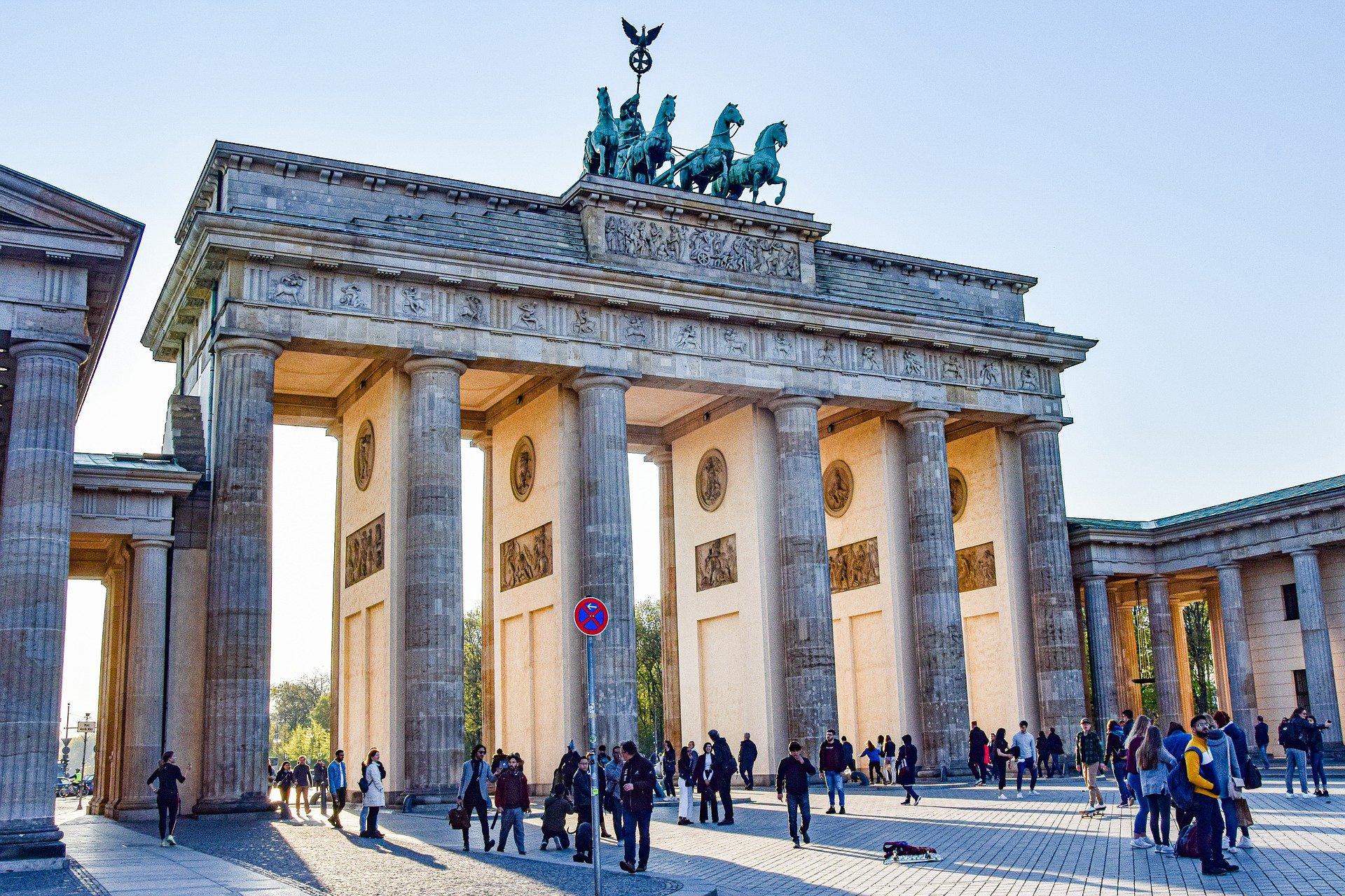 Das einzige erhaltene Stadttor Berlins, das früher vor allem für die Trennung der Stadt in Ost und West stand, ist seit dem Mauerfall das Symbol für die Einheit Deutschlands.