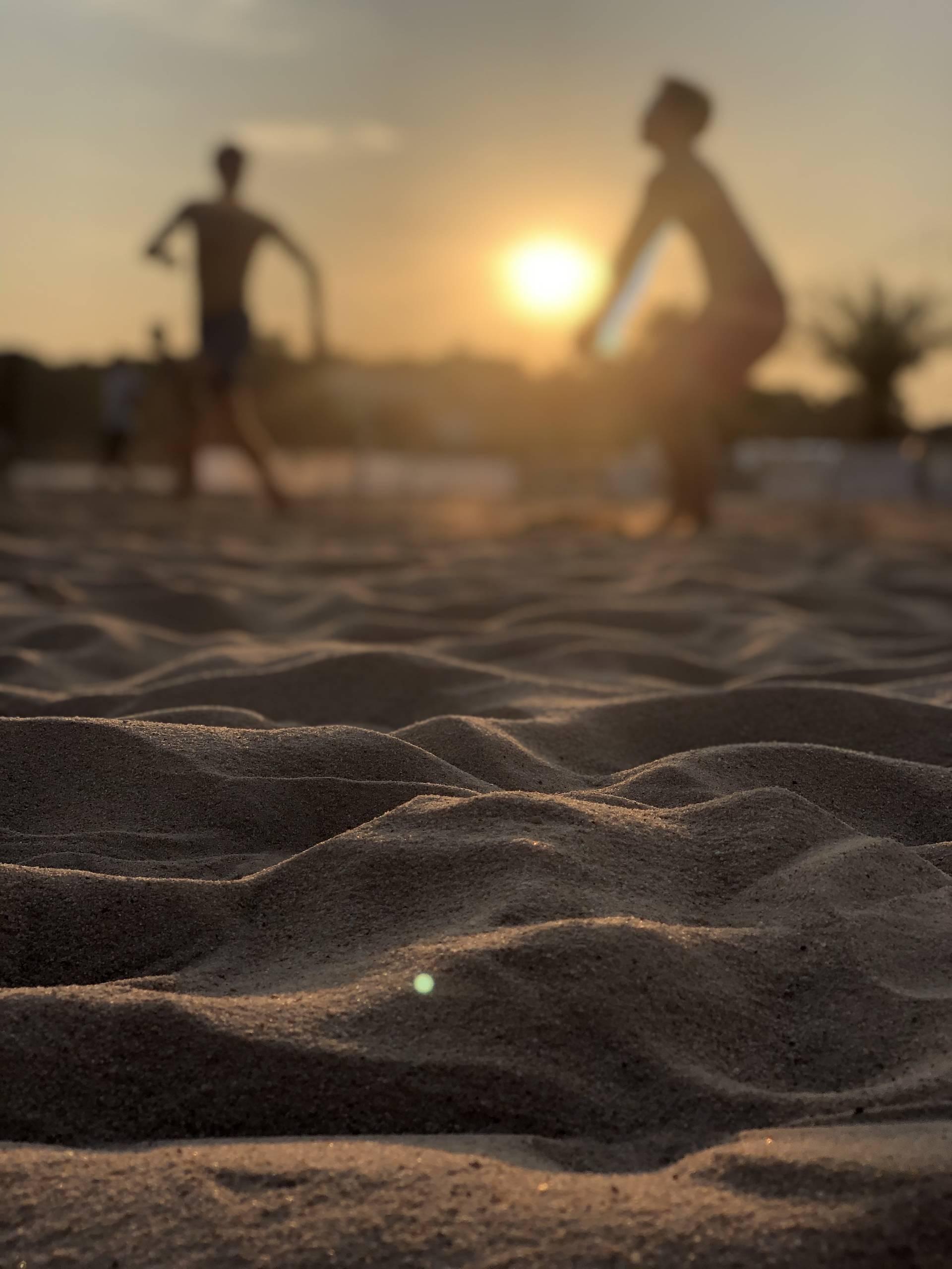 Beachv0olleballer beim Aufschlag auf dem Beachvolleballplatz von Beach4u auf der Theresienwiese