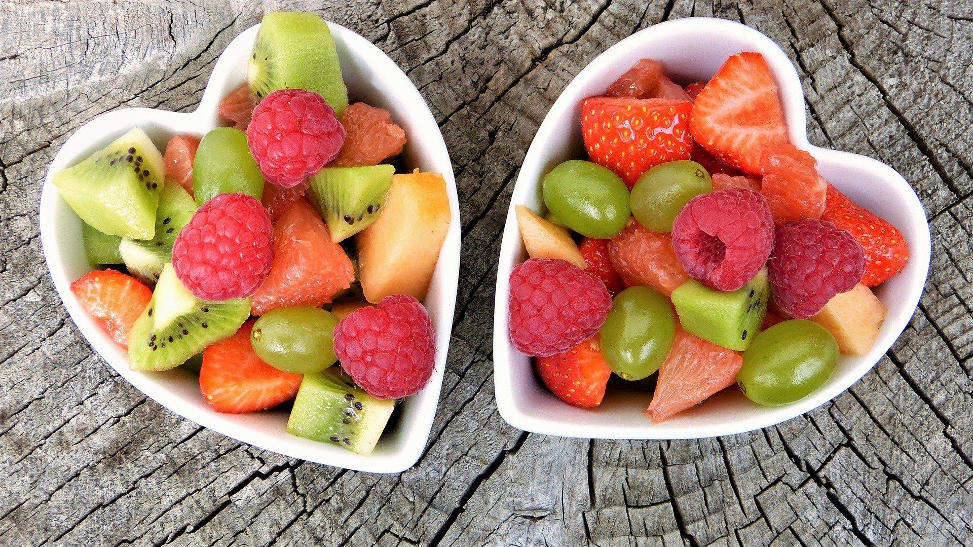 Frisches Obst in einer Herzschale