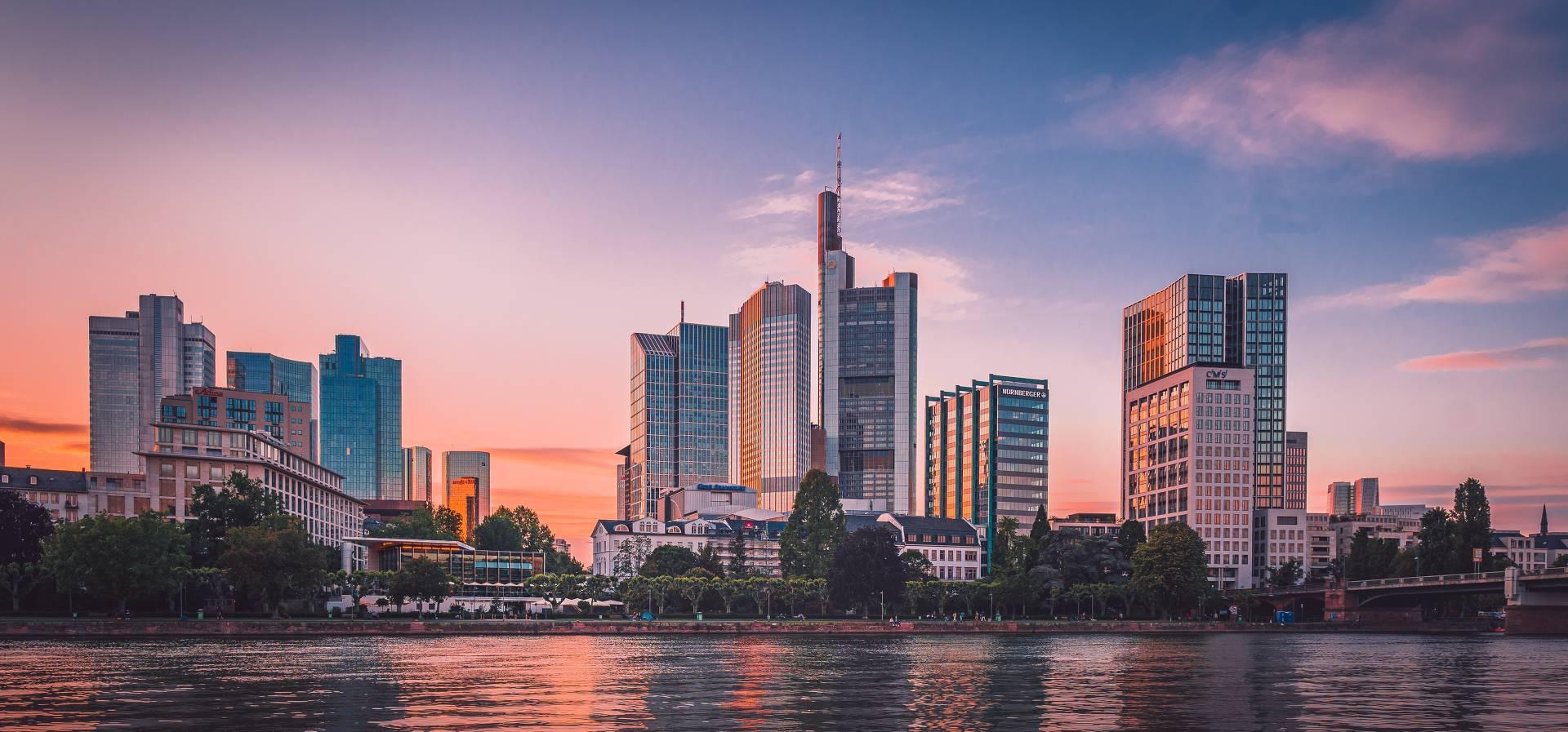 Die Frankfurter Skyline in der Abendsonne