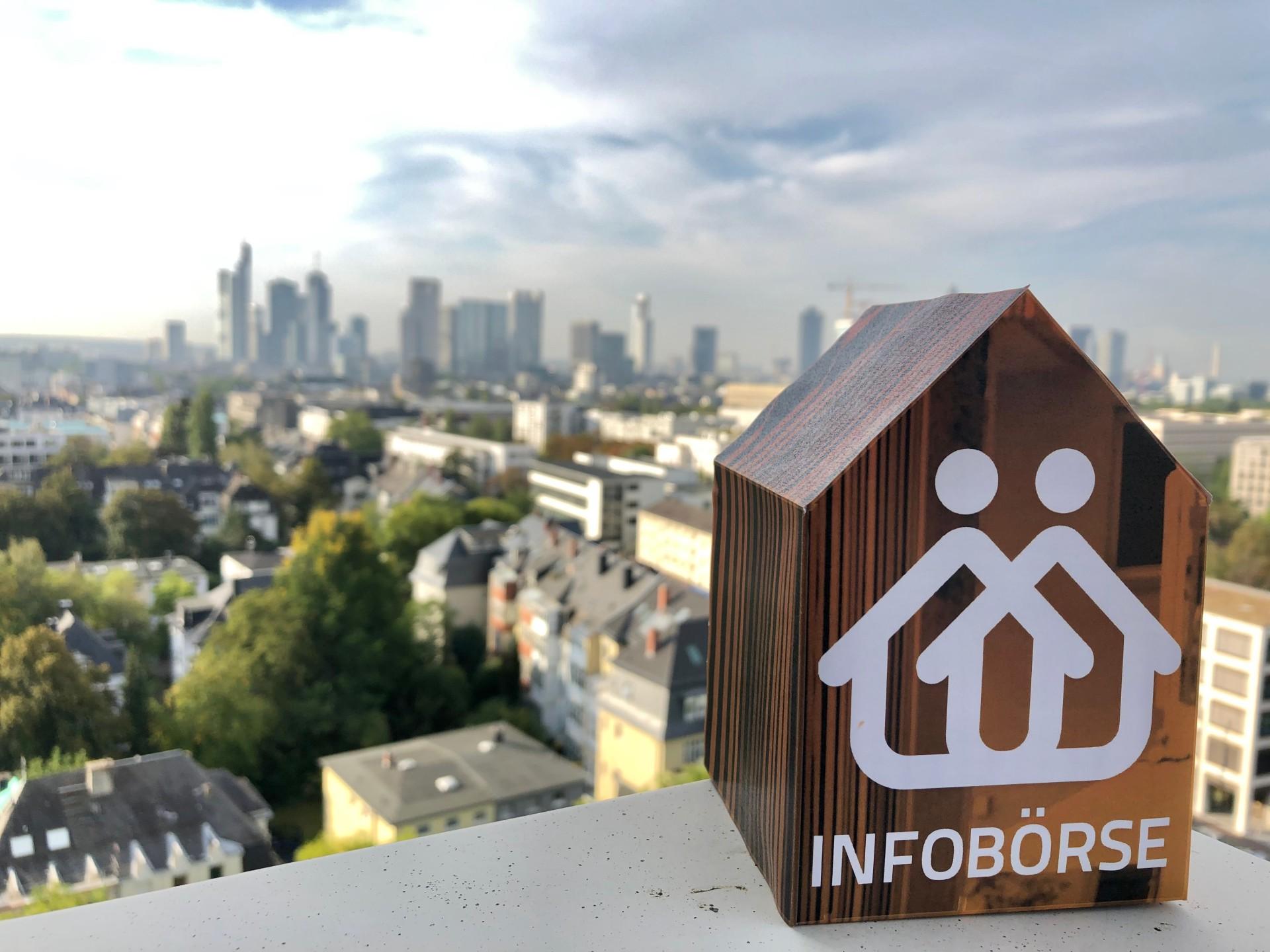 Skyline Frankfurt am Main, Infobörse, Häuschen aus Holz