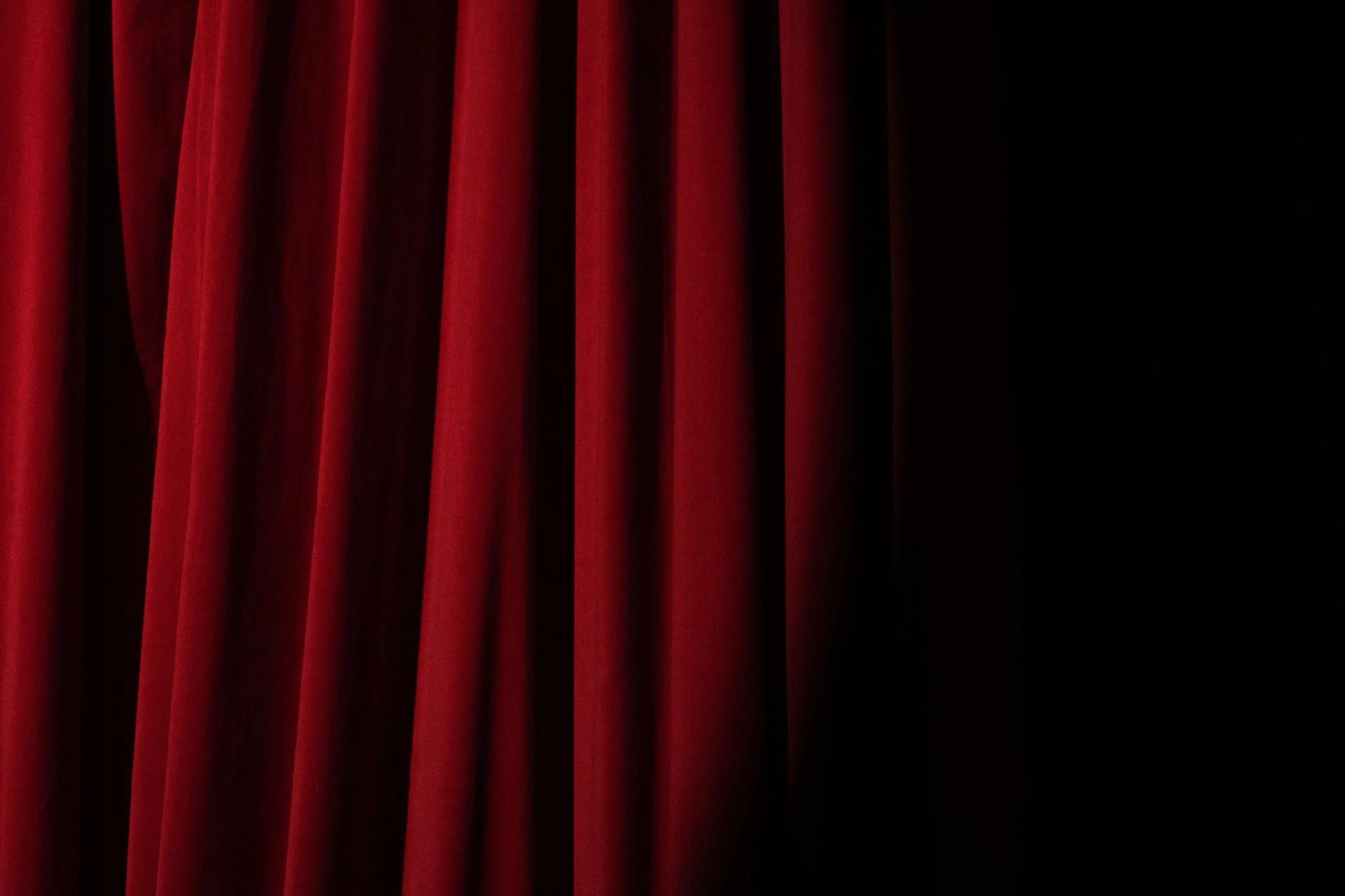 Roter Vorhang in einem Theater