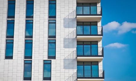 Balkon von Hochhaus im Sonnenschein