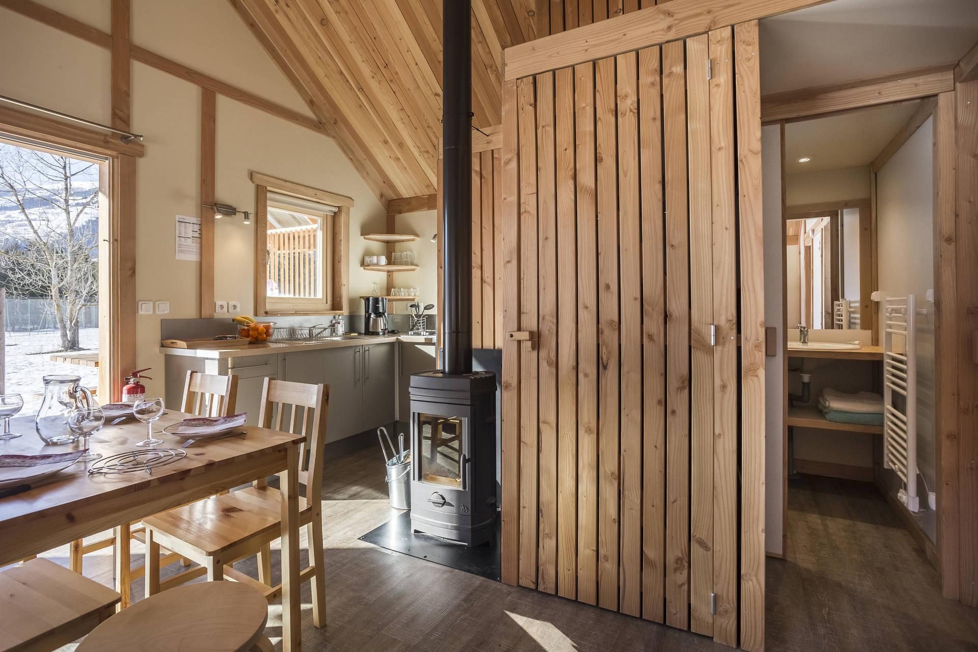 Berghütte mit Einrichtung und Holzöbeln von innen
