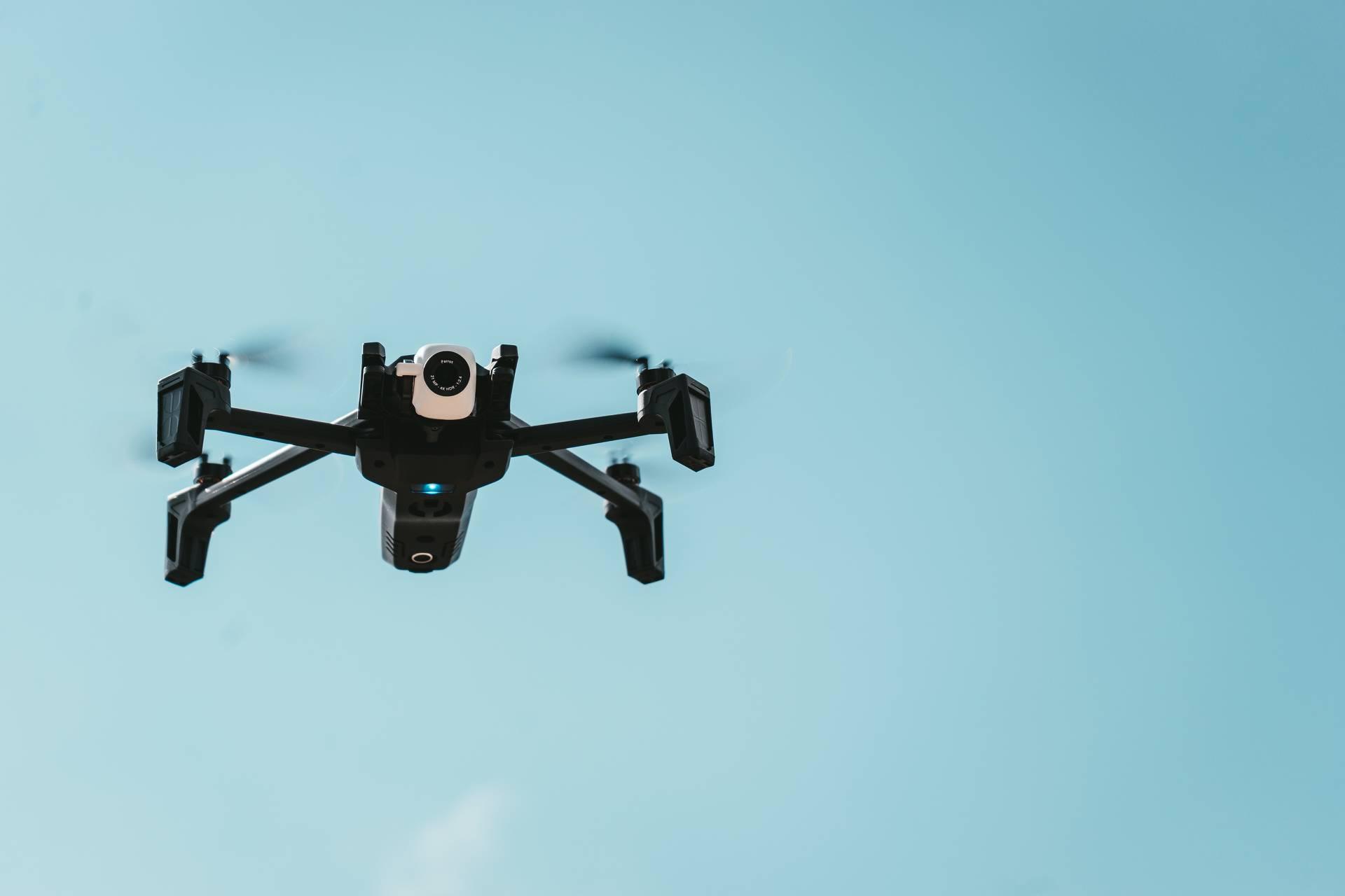 Drohne in der Luft mit blauem Himmel