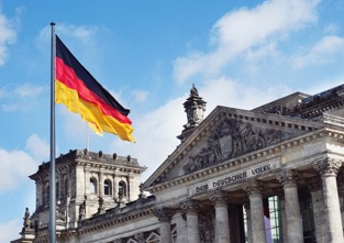 Deutsche Flagge vor dem Deutschen Bundestag.